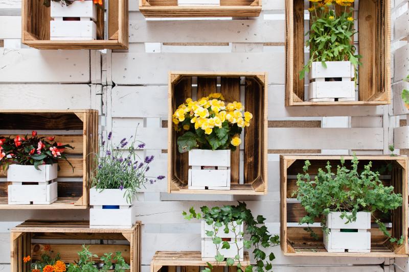 Holzkisten als Gartendekoration