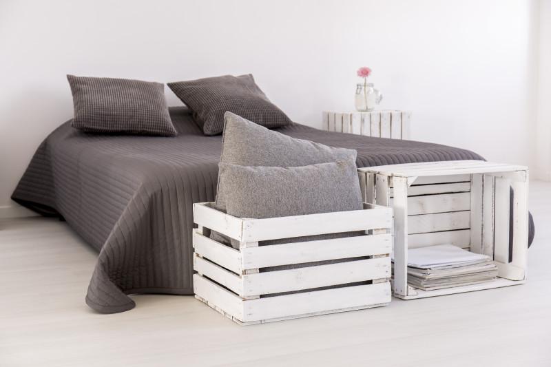 Holzkisten als eine einfache Verstaumöglichkeit im Schlafzimmer