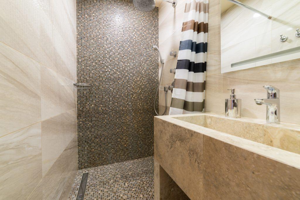 Rillenablauf in einer bodengleichen Dusche