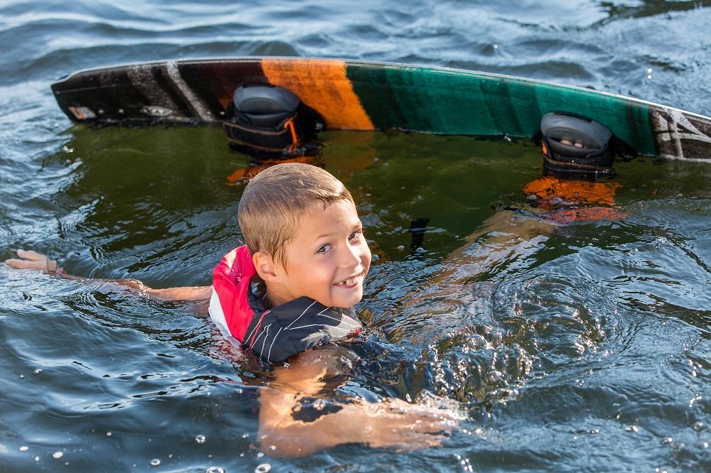 kids-auf-dem-wakeboard