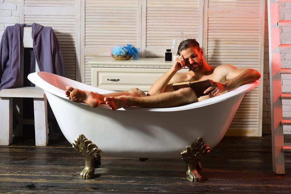 mann-in-einer-badewanne