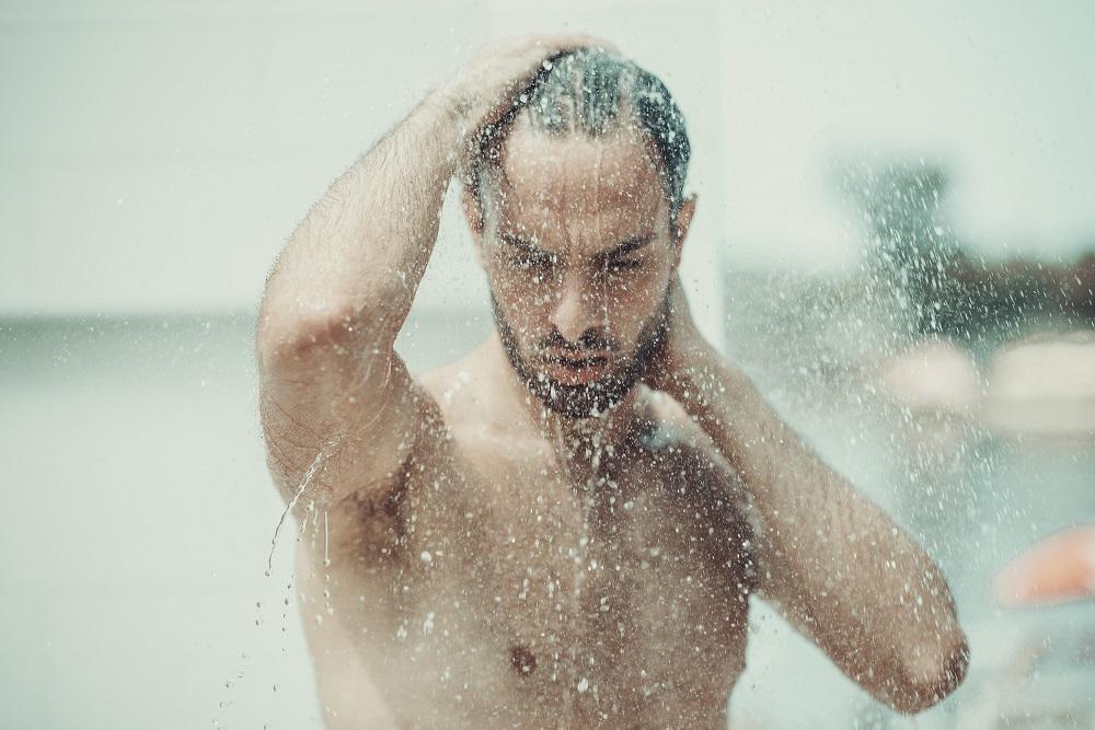 mann-unter-der-dusche
