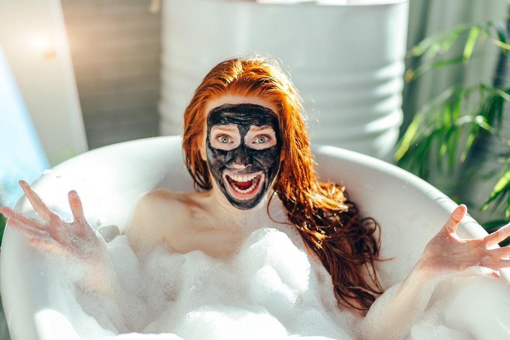 mit-gesichtsmaske-in-der-badewanne