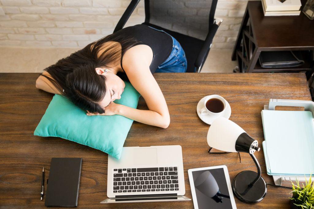 schlafen-schreibtisch-pause