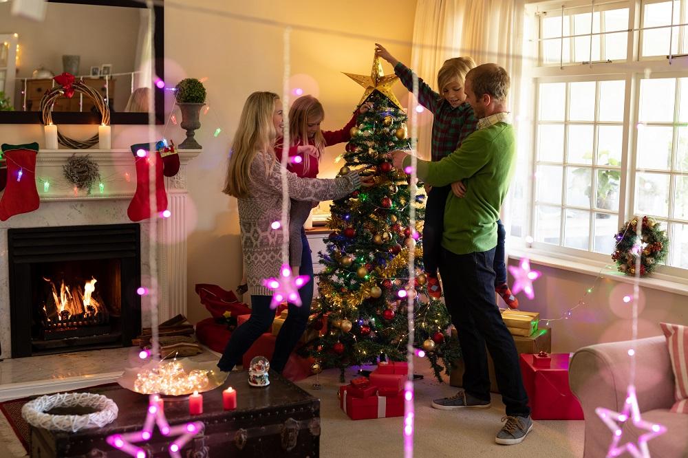 weihnachtsbaum-schmuecken
