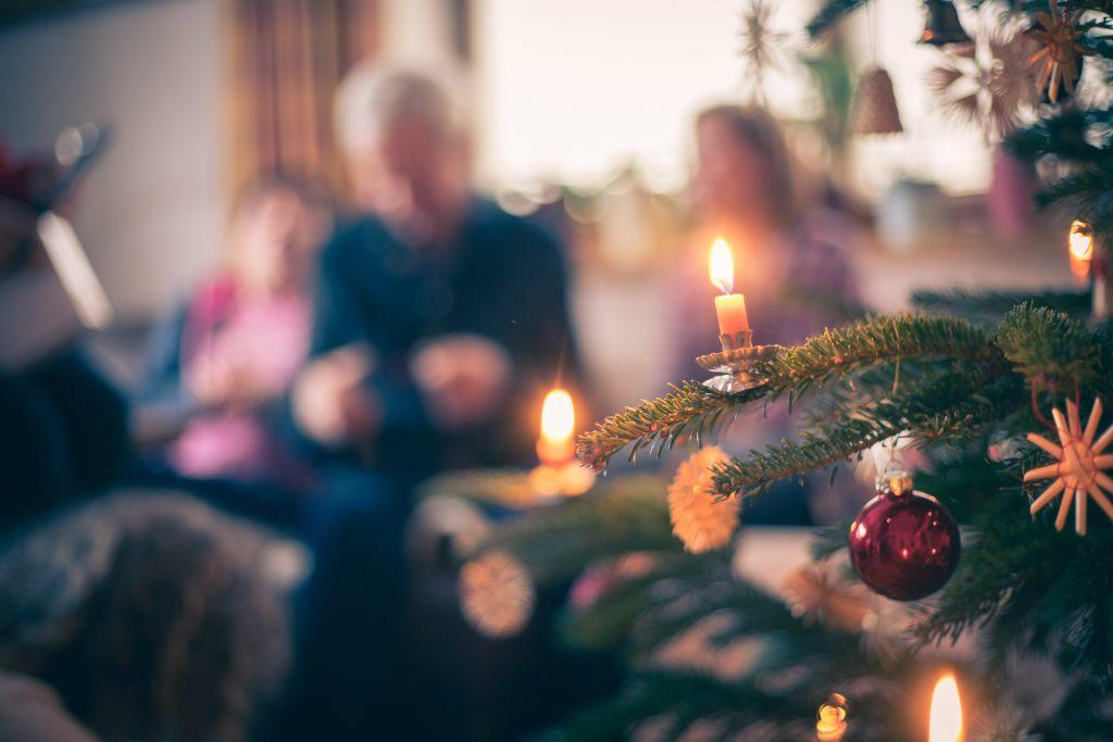 weihnachtsbaum-lichter-feuer