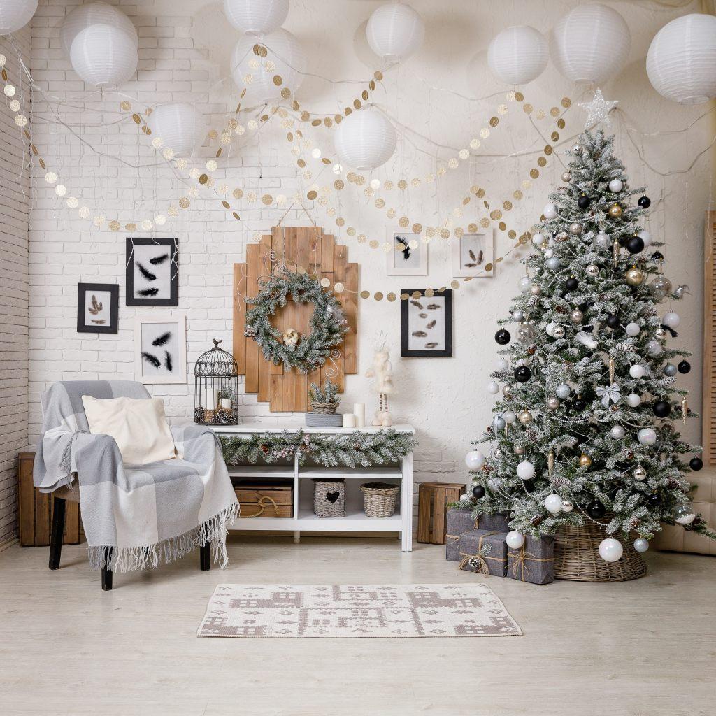 weihnachtsbaum-schwarz-weiss-weihnachtskugeln