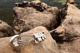 drahtseil-sicherung-in-den-bergen