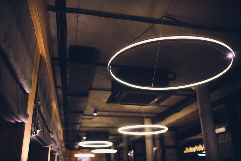 leuchten-auf-drahtseil
