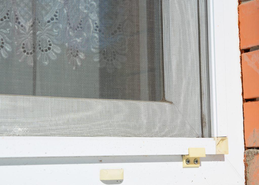 moskitonetz-mit-burstendichtung-abdichten