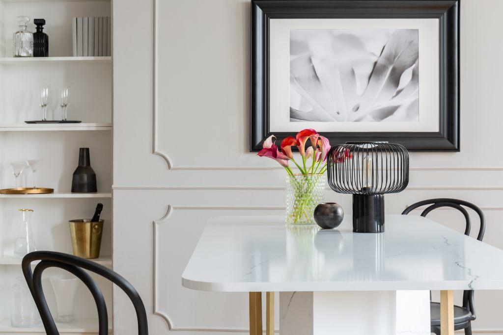 tisch-mit-tischplatte-aus-marmor