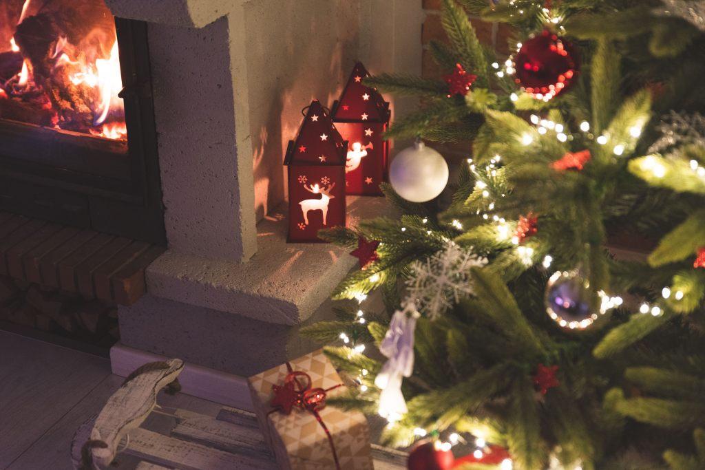 feuer-im-kamin-neben-einem-geschmuckten-weihnachtsbaum