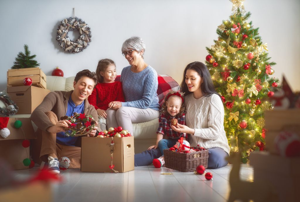 gemeinsam-weihnachtsbaum-schmucken