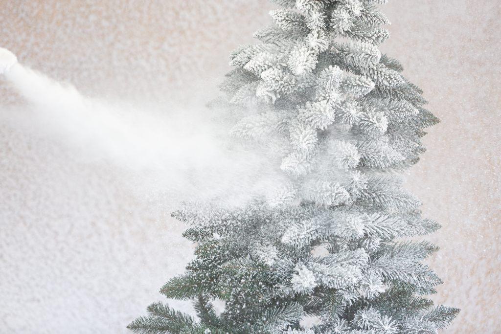 handarbeit-beschneit-fichte-weiss-beschneit-mit-schneeflocken-fairytrees