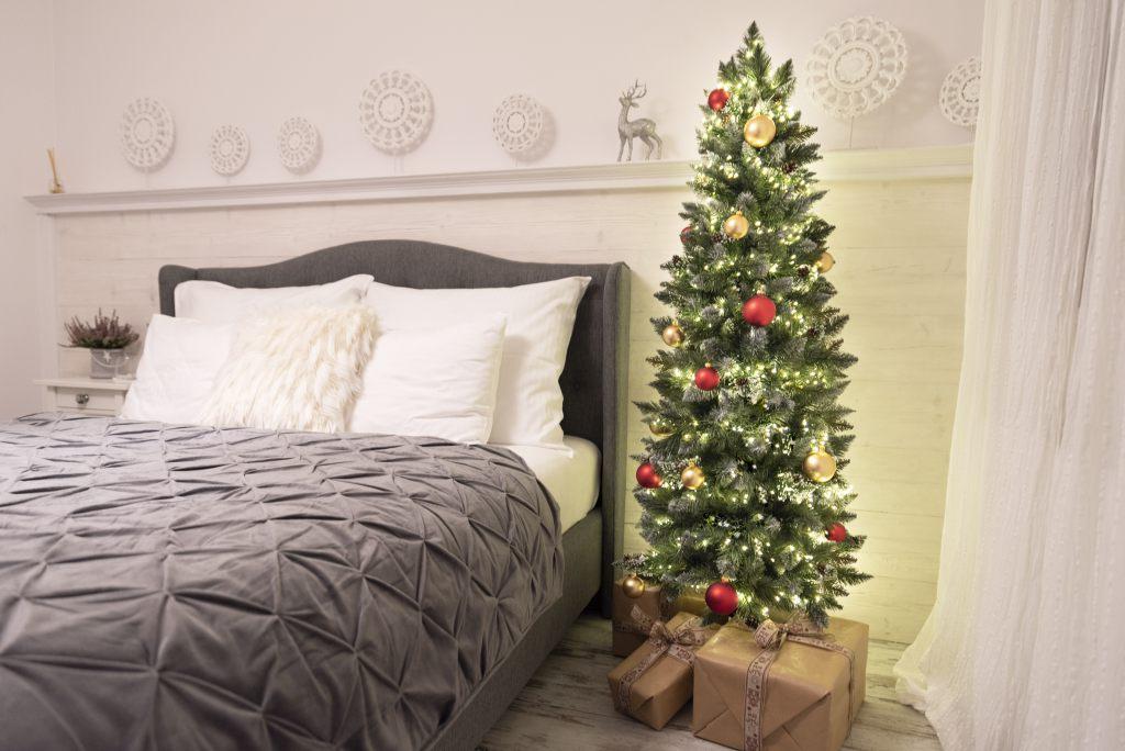 kunstlicher-weihnachtsbaum-kiefer-natur-beschneit-slim-von-fairytrees