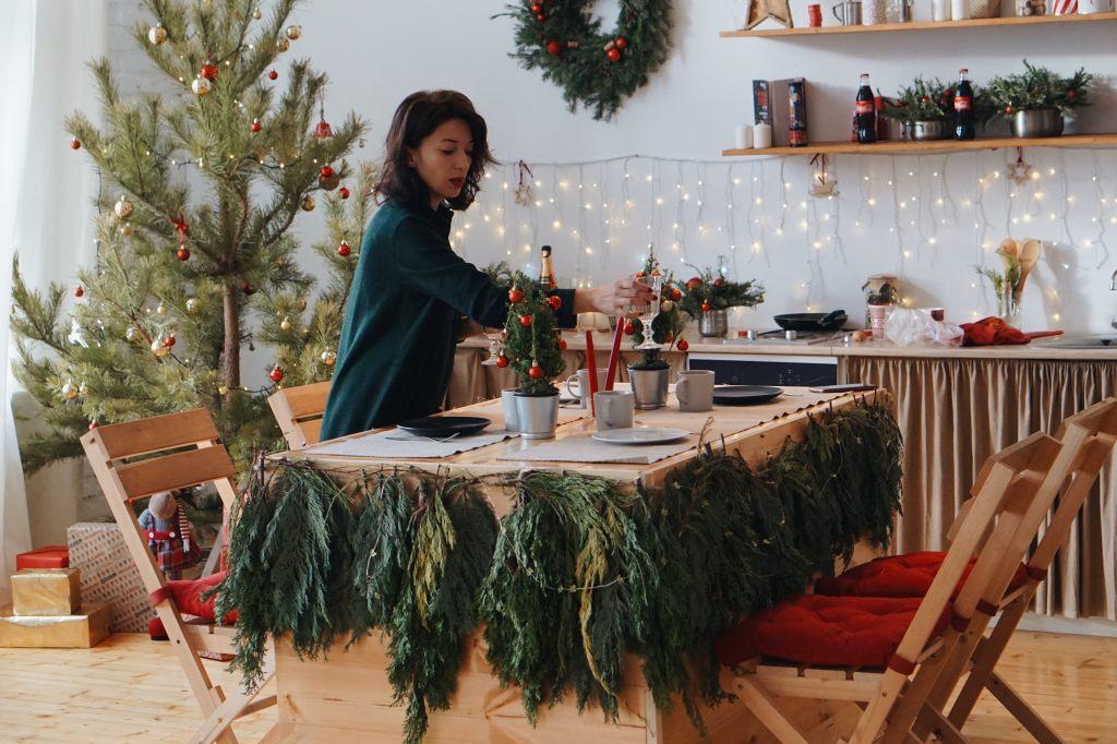 weihnachtstisch-vorbereitung-esstisch