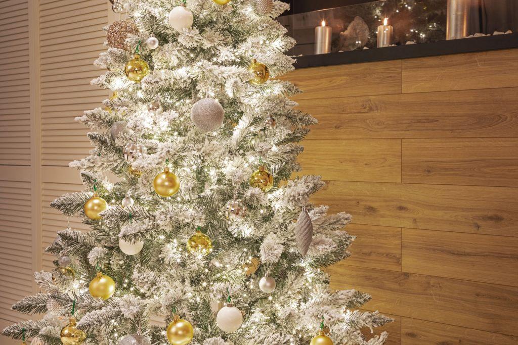 fichte-natur-weiss-mit-schneeflocken-sieht-perfekt-aus-mit-silber-gold-und-weissem-weihnachtsschmuck