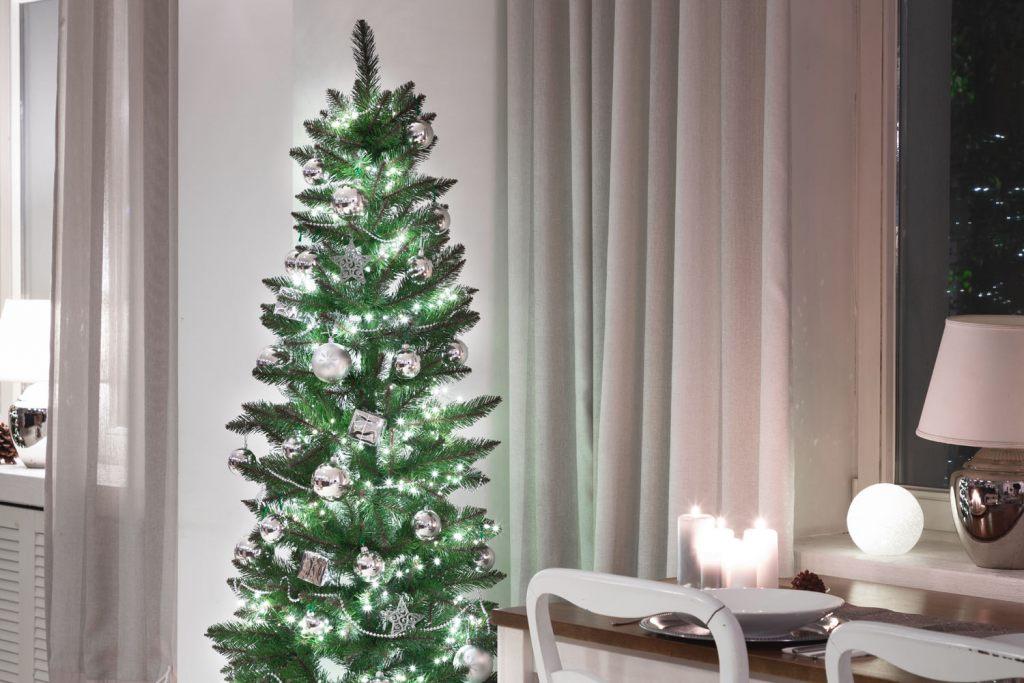 industrie-weihnachtsbaum-und-silber-weihnachtsdeko