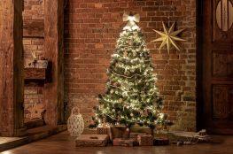 weihnachtsbaum-mit-naturlicher-weihnachtsdeko-passt-zum-chalet