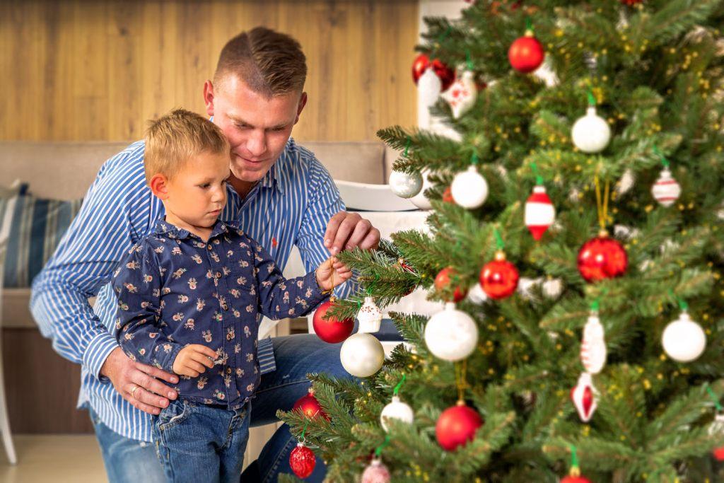 weihnachtsbaum-schmucken-ist-ein-guter-moment-um-zeit-mit-der-familie-zu-verbringen