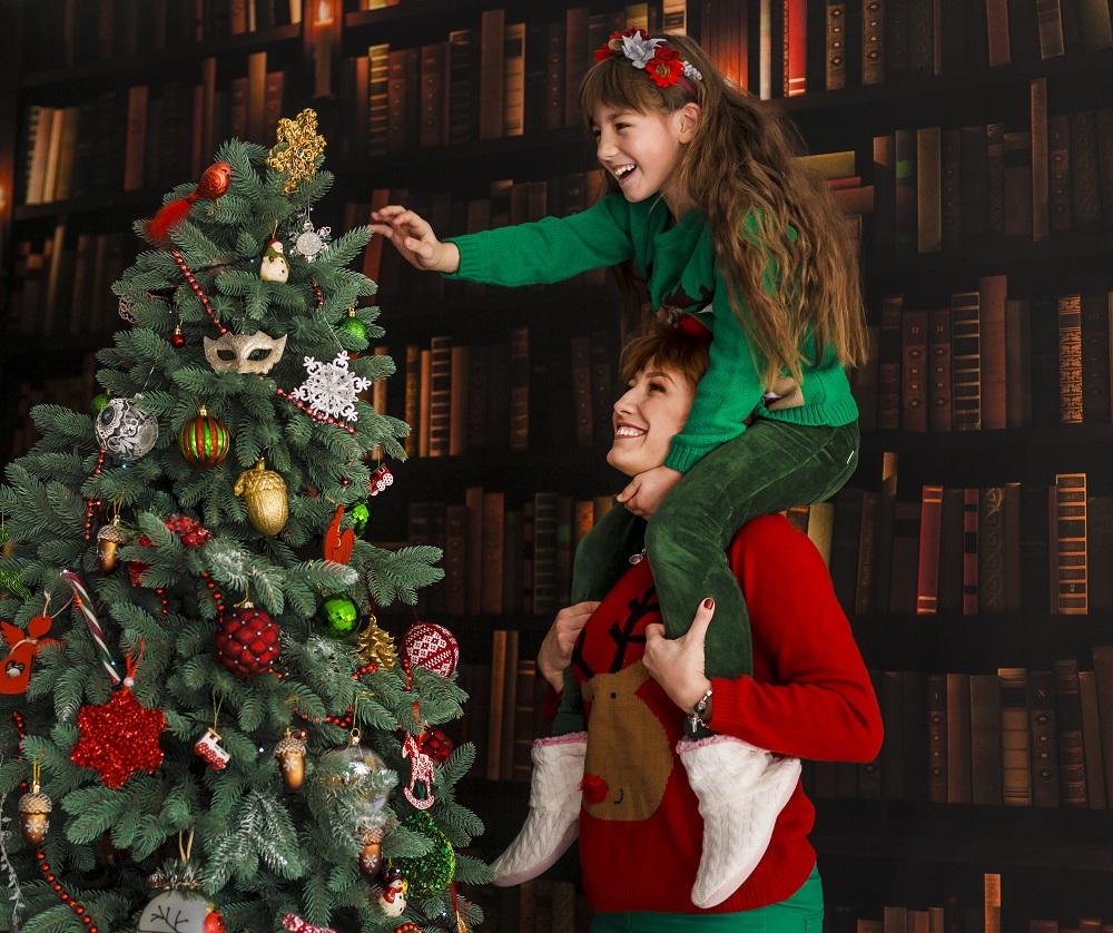 familie-am-weihnachtsbaum