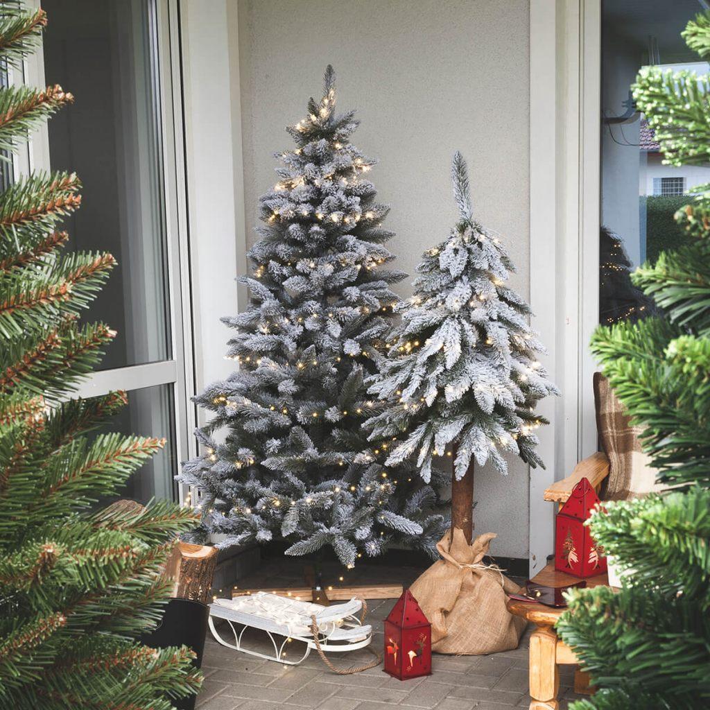 weihnachtsbaum-mit-schneeflocken-mit-baumstamm