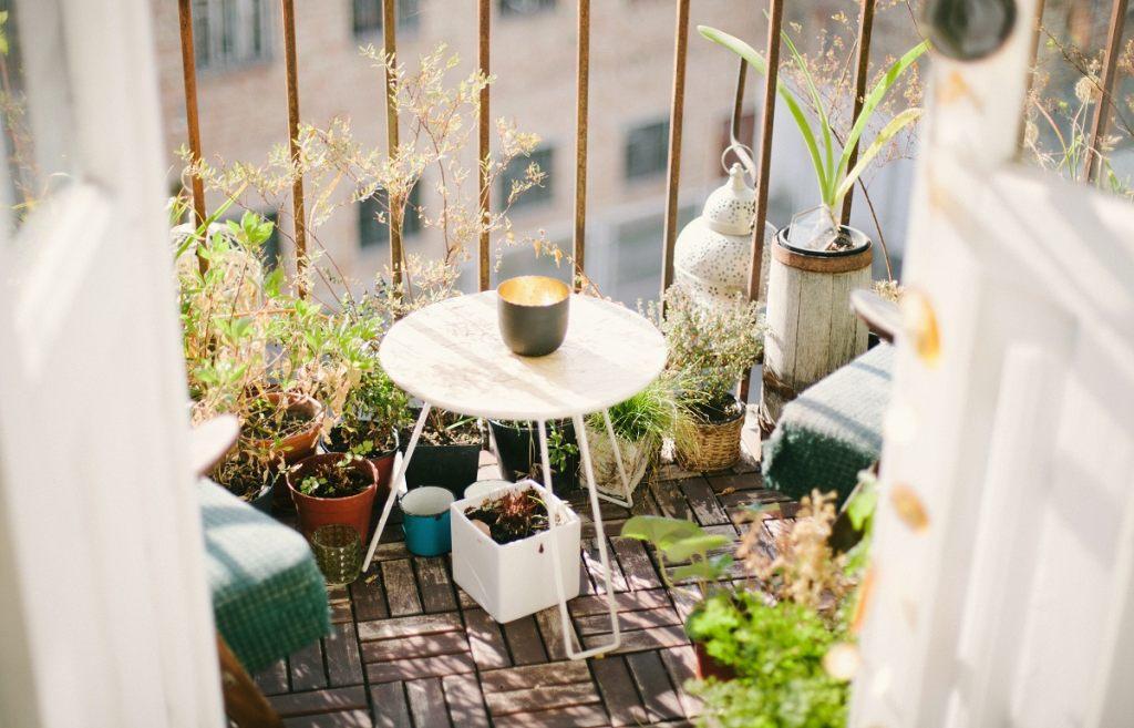 tisch-balkon-mit-blumen
