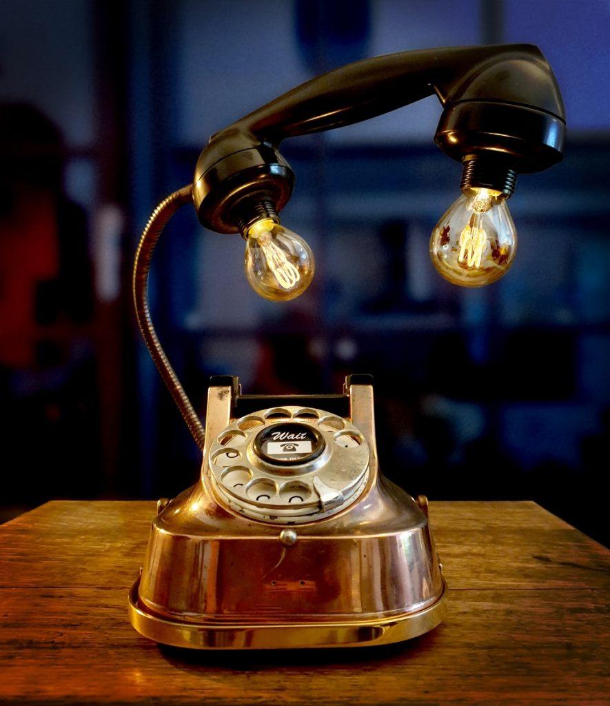 tischlampe-aus-einem-telefon