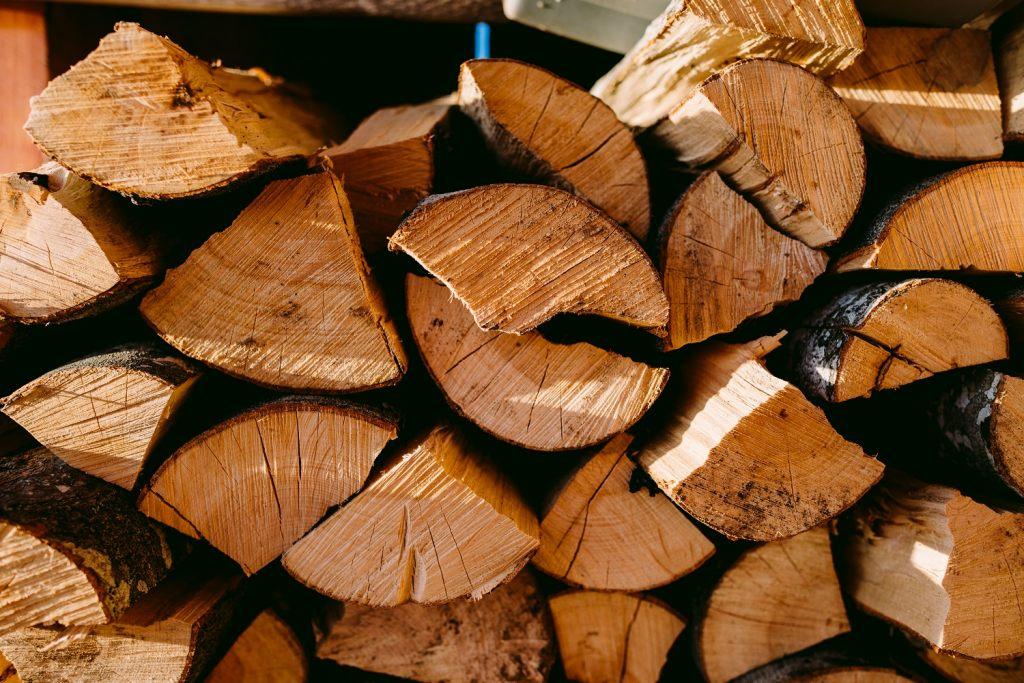 trocknen-von-brennholz-bereit-für-die-nachste-heizperiode
