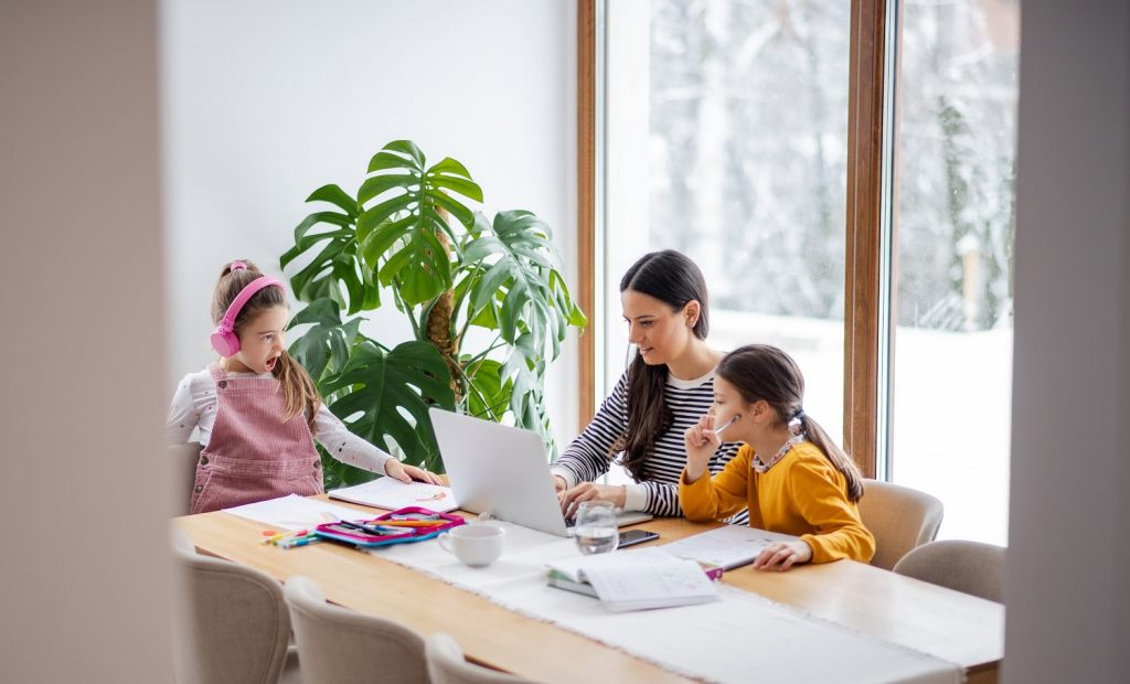 bequemer-esstisch-ideal-fur-ganze-familie